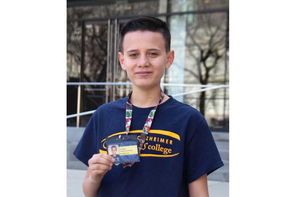 Stolz zeigt Shahab Gharib seinen Studentenausweis.
