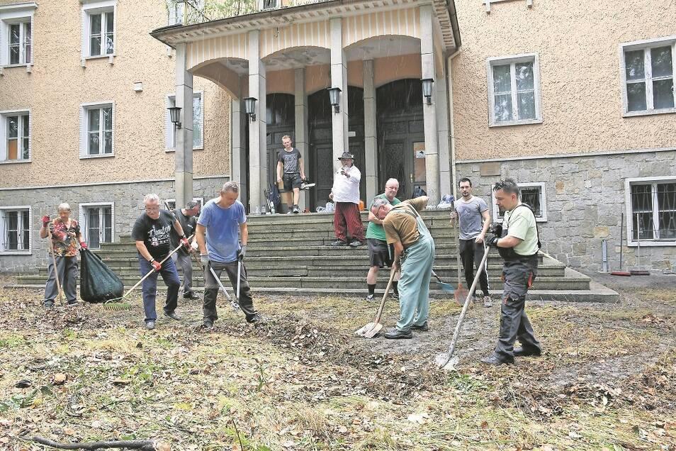 20 freiwillige Helfer verhalfen am Sonnabendvormittag mit einem Arbeitseinsatz zur freien Sicht auf das Hauptgebäude der Ingenieurschule Weißwasser.