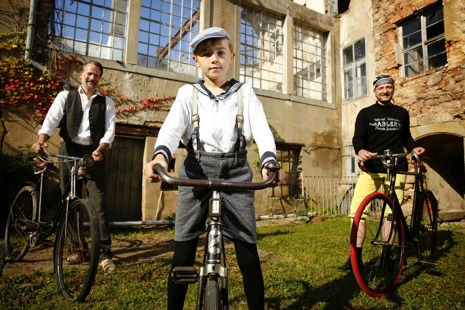 Zu Werk-Tagen laden die Besitzer in die Kamenzer Baderei: Jan Eickhoff (l.) freut sich unter anderem auf einen Fahrrad-Upcycling-Workshop mit Norbert Webs (r.) und Christopher vom Verein Fahrrad-Veteranen-Freunden Dresden 1990.
