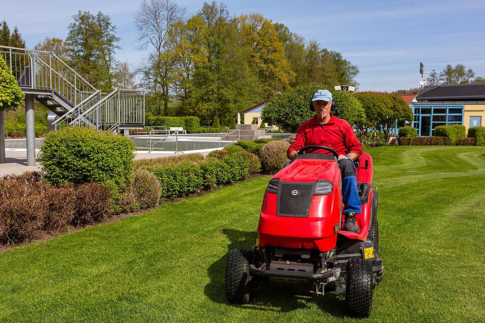 Michael Butze bringt den Rasen im Freibad Mohorn-Grund auf Vordermann. Auch er hofft, dass das Bad die Erlaubnis bekommt, ab Mitte Mai zu öffnen.