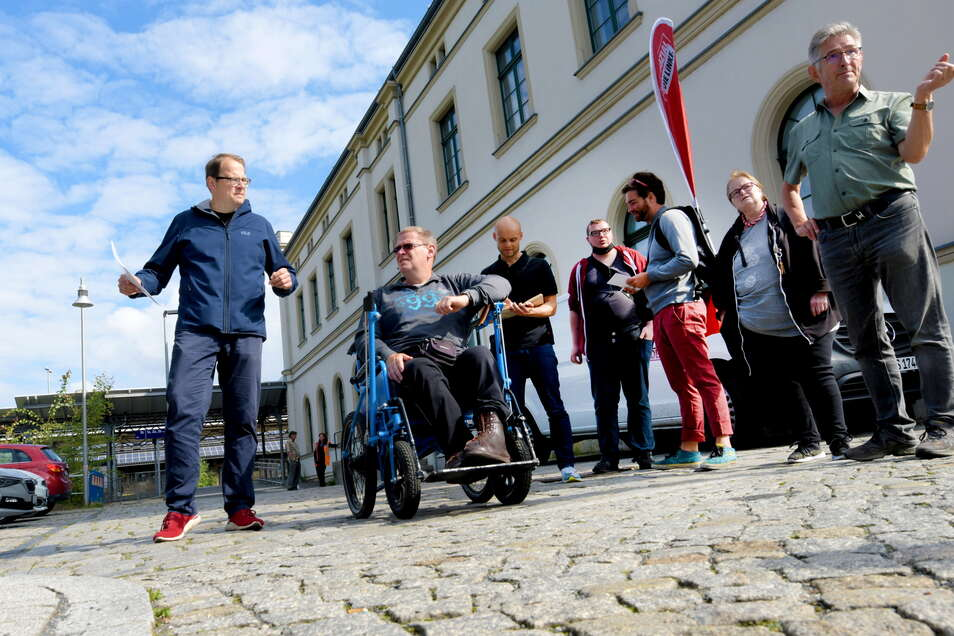 Winfried Bruns (rechts) zeigt dem Linken-Bundestagsabgeordneten Sören Pellmann (links), welche Barrieren es in Zittau für behinderte Menschen gibt.