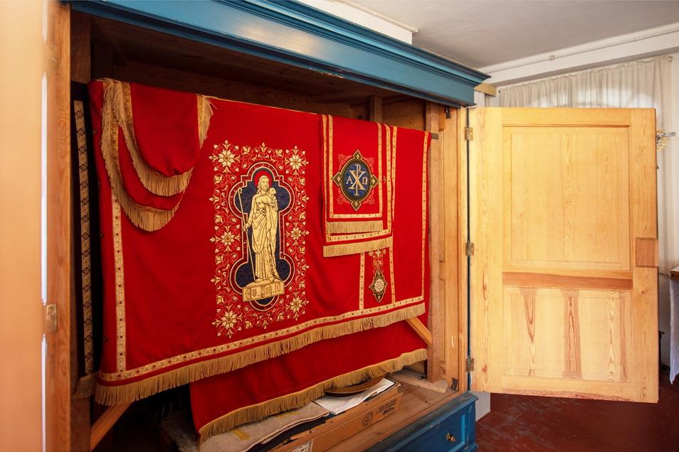 Der Schrank mit den Paramenten in der Sakristei der Marienkirche. Hier hängen fünf Sets für den Gebrauch zu unterschiedlichen Anlässen.