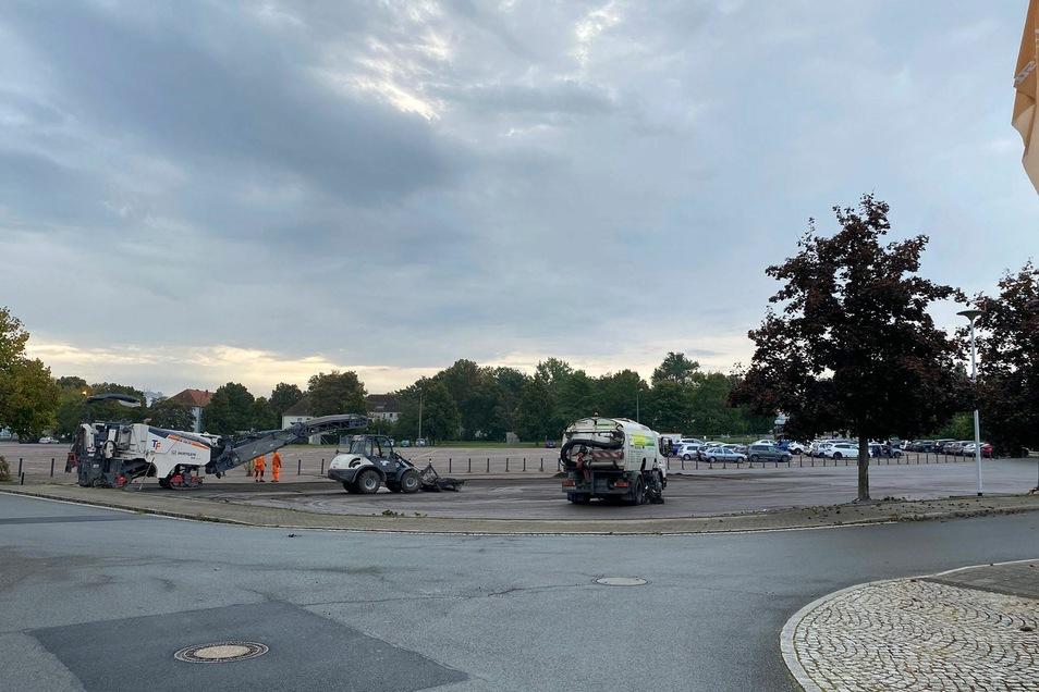 Am Montag gab es Reparaturarbeiten am Asphalt auf dem VIP-Parkplatz vor der Arena.