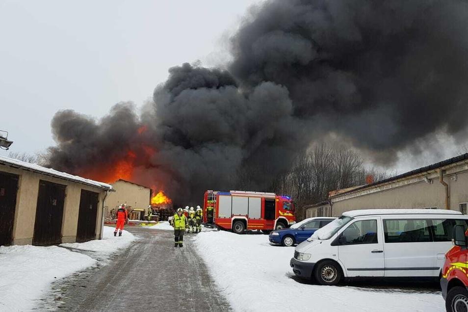 Die Wilsdruffer Feuerwehr musste am Dienstagvormittag einen Brand in Wilsdruff löschen. Dort stand eine Lagerhalle in Flammen.
