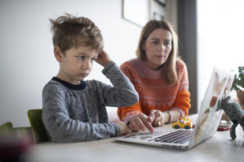 Die Eltern können die Kinder beim Lernen zu Hause unterstützen, doch die Lehrer nicht ersetzen. Gerade kleineren Kindern fällt der Unterricht in Eigenverantwortung allerdings schwer.