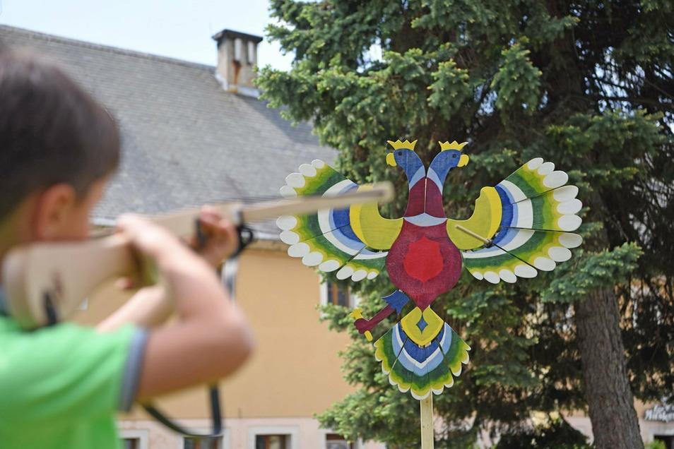 Mit Pfeil und Bogen auf einen Holzadler schießen: Was schon vor 100 Jahren Spaß gemacht hat, dürfen Kinder in den Ferien auf der Festung Königstein ausprobieren.