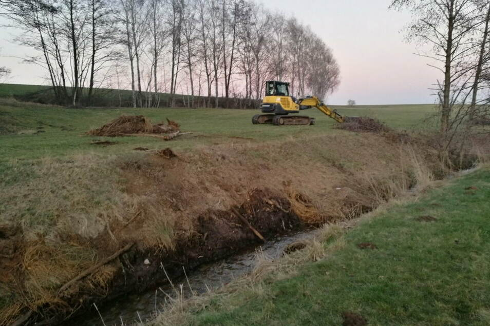 Das ausgebaggerte Material lagert am Ufer und soll von den Flächeneigentümern und der Gemeinde beseitigt werden.