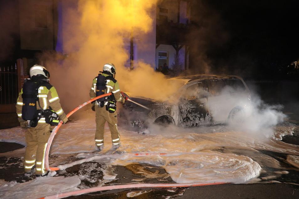 Die Polizei hält für möglich, dass ein und derselbe Täter dieses und zwei weitere Autos in Dresden angezündet hat.