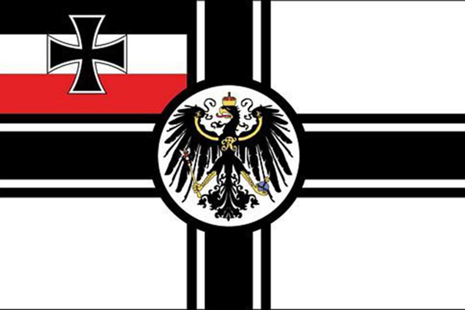 Bei der Reichskriegsflagge handelt sich um die Flagge der Streitkräfte des Deutschen Reiches, die auch von den Nationalsozialisten unter Zusatz des Hakenkreuzes benutzt wurde. Nur mit diesem Zusatz ist sie verboten.
