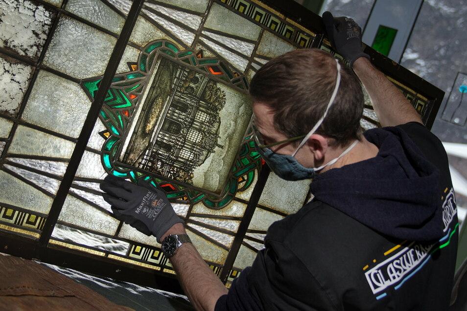 Lars Janse ist ein Mitarbeiter der Glaswerkstatt von Thomas Körner. Sorgfältig reinigt er die Fenster.