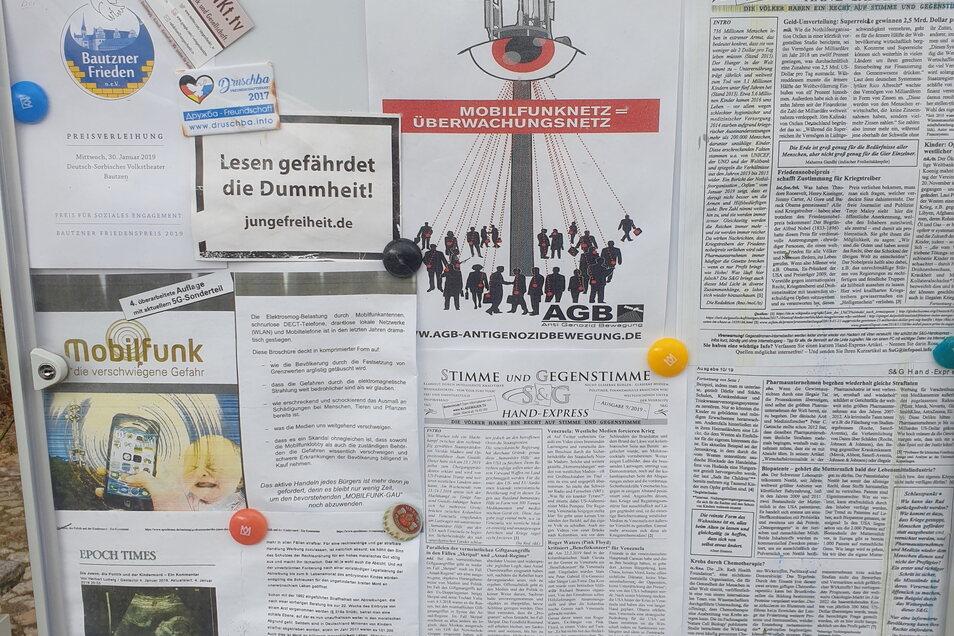 An einem Privathaus in Bautzen findet sich ausreichend Lesestoff: Das Material wird von der rechtsesoterischen und fundamentalchristlichen Sekte OCG vertrieben.