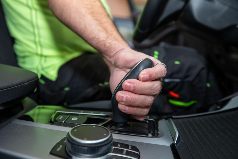 Ein Fahrzeug mit Automatikgetriebe der Fahrschule Mey in Pirna. Um die E-Mobilität anzukurbeln, sind neue Möglichkeiten des Führerscheinerwerbs im Gespräch.