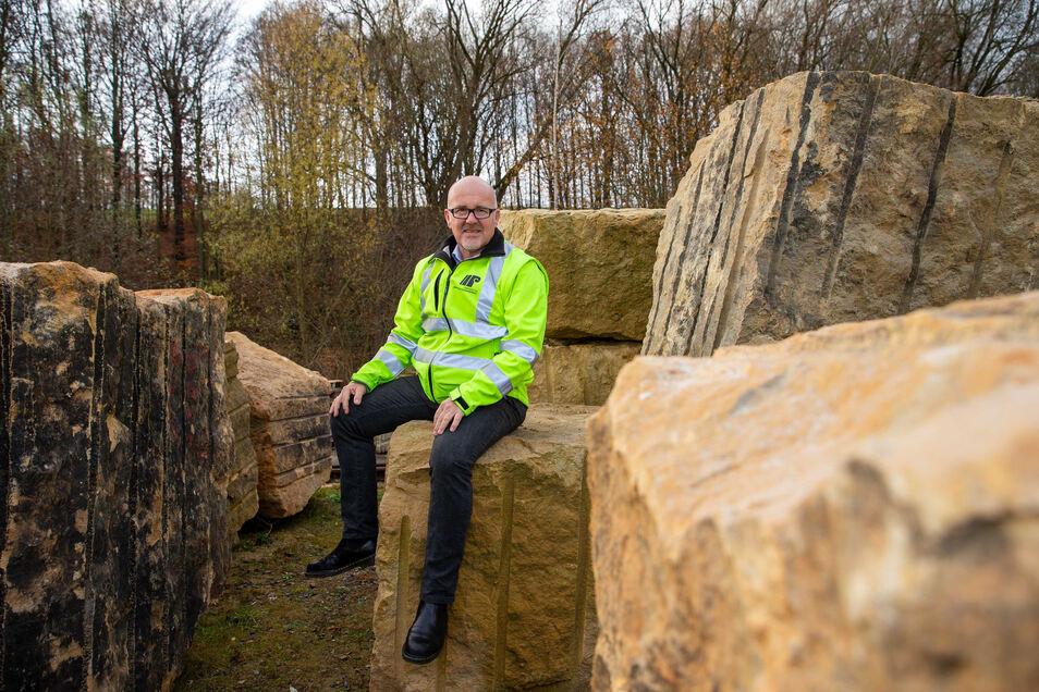 Terrorschutz naturbelassen: Johannes Roßrucker, Chef der Sächsischen Sandsteinwerke in Pirna, würde seine Steinklötze gern für den Schutz des Dresdner Striezelmarkts ausborgen.