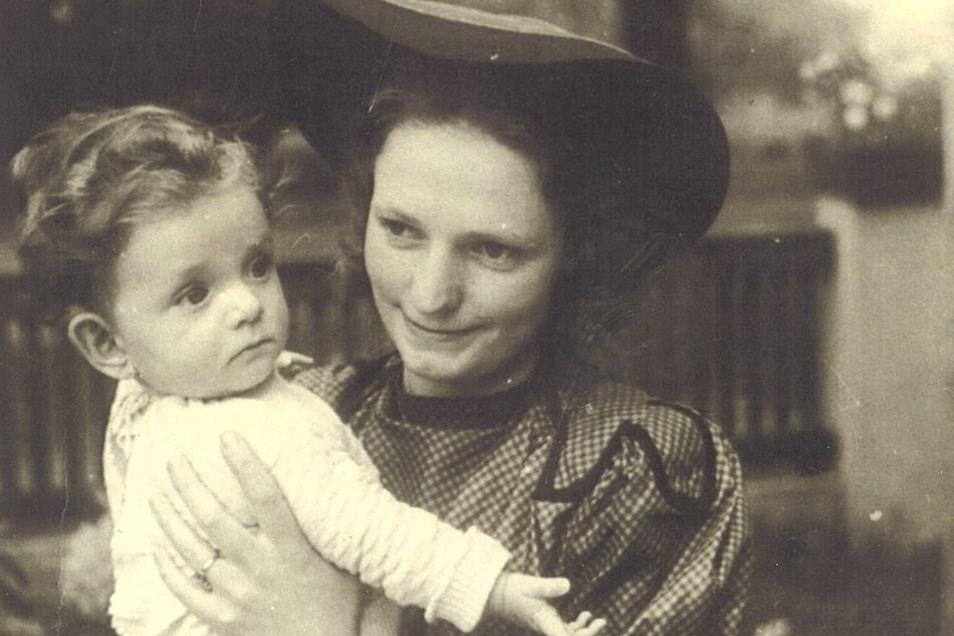 Mutter Herta Haupt, Jahrgang 1915, mit ihrer Tochter Heidi, die 1941 geboren wurde, bei einem Spaziergang in Dresden während der Kriegszeit.