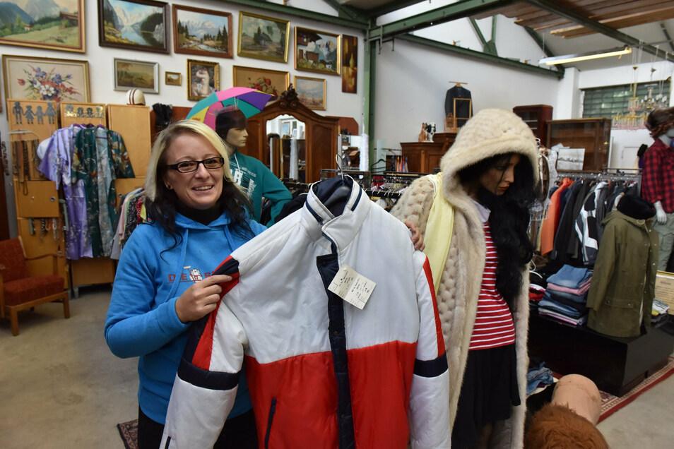 Beim Umbau der Verkaufshalle wurde auch eine Abteilung mit Kleidungsstücken hergerichtet. Mitarbeiterin Anne Fleischer zeigt eine Winterjacke.