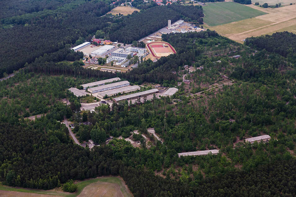 Im unteren Teil des großen Bildes ist das Gelände zu sehen, auf dem der Solarpark entstehen soll. Die Aufnahme ist fast genau fünf Jahre alt. Viele der Bäume stehen heute nicht mehr.