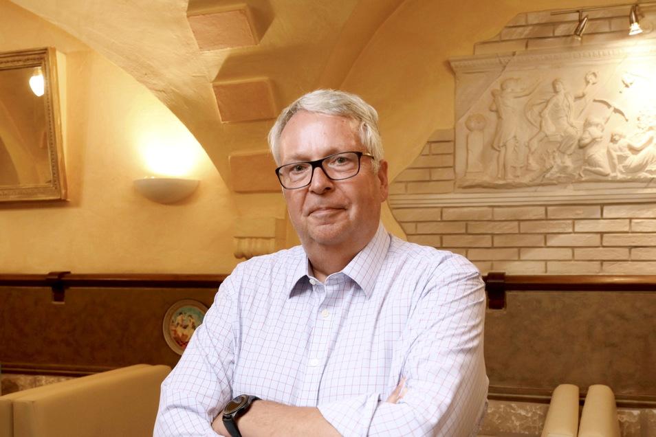 Geert Mackenroth (70) - hier im Riesaer Ratskeller - ist CDU-Landtagsabgeordneter, sächsischer Ausländerbeauftragter und Chef des Weißen Rings Sachsen.