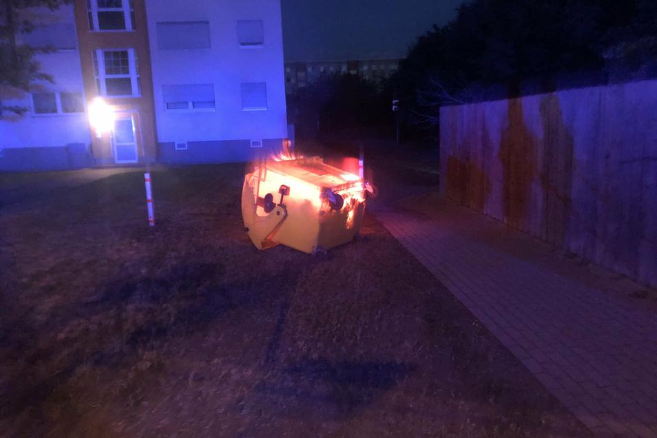 Ein Container an der Lößnitzstraße steht in Flammen.