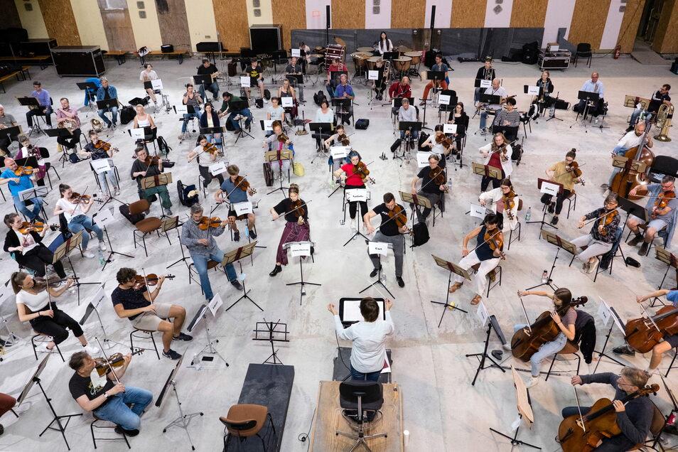 """Die Orchesterakademie """"Young Philharmonics"""" mit der Neuen Lausitzer Philharmonie und Musikschülern aus dem ganzen Kulturraum füllt diese Woche den Großen Saal der Görlitzer Stadthalle."""