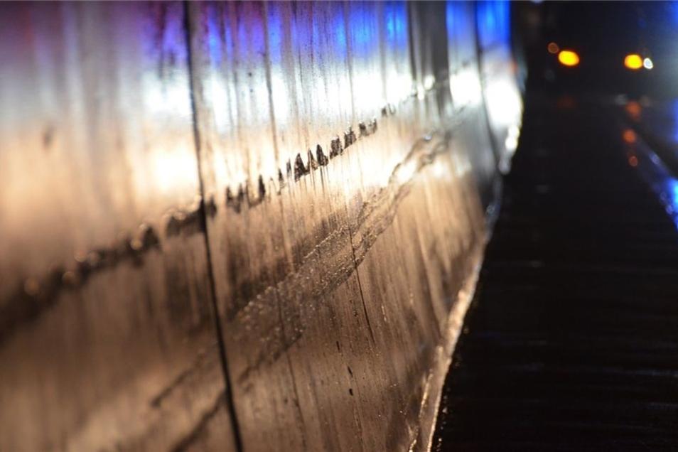 Der Auflieger schrammt etwa 100 Meter entlang der Tunnelwand.