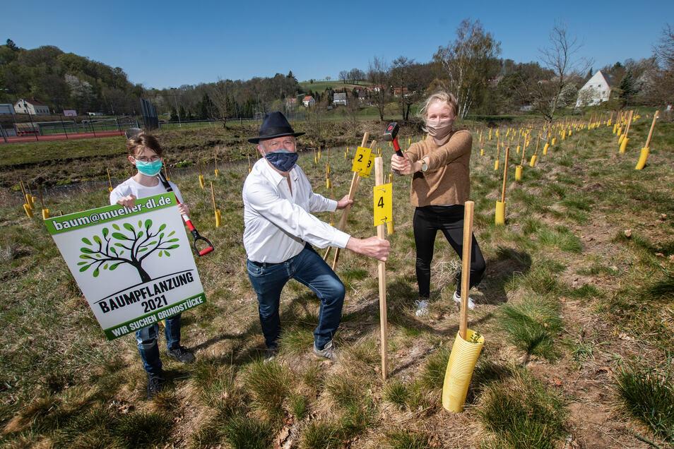 Richard und Wolfgang Müller sowie Emilia Börno (von links) pflanzten symbolisch einen Baum.