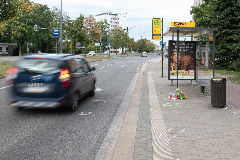Ein Plüschtier und Blumen liegen nach einem Verkehrsunfall an einer Dresdner Bushaltestelle. Ein Sechsjähriger ist dabei gestorben - womöglich weil sich zwei Männer ein illegales Autorennen lieferten.