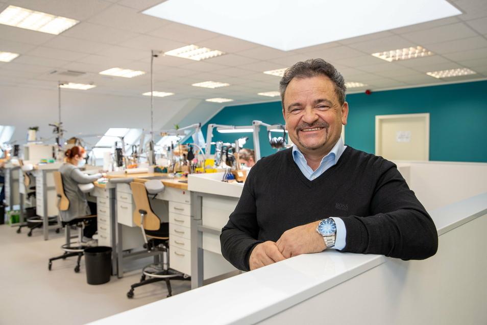 Christopher Richter leitet die Kesselsdorfer Werkstatt der Firma Zeitauktion aus Chemnitz.
