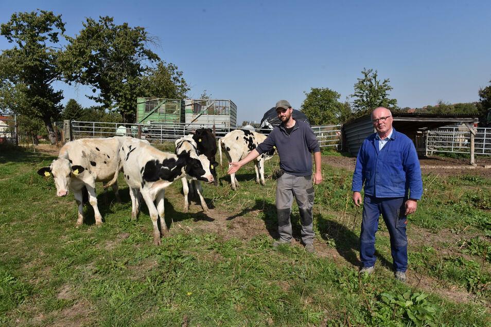 Hubertus (Senior) und Alexander Schroth auf dem Grundstück, auf dem der neue Kuhstall entstehen soll.