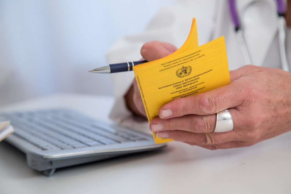 Wer gegen Corona vollständig geimpft ist, könnte bald in vielen Bereichen von der Testpflicht befreit sein.