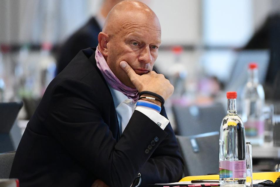 Thomas Kemmerich (FDP), früherer Ministerpräsident von Thüringen, lässt nach massiver Kritik an einem Auftritt bei einer Demonstration gegen Anti-Corona-Maßnahmen sein Mandat im FDP-Bundesvorstand ruhen.