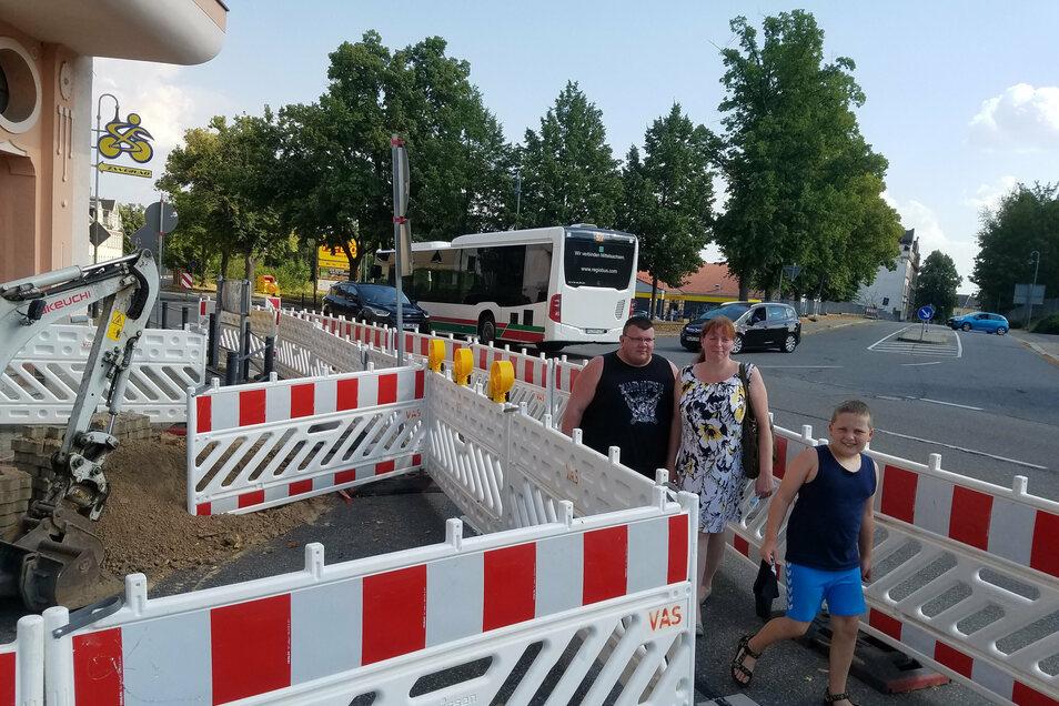 Im Auftrag der Telekom werden im Bereich Dresdener-/Pestalozzistraße derzeit Glasfaserkabel in den Verteilerkästen angeschlossen. Am Montag sollen die Arbeiten voraussichtlich beendet sein.