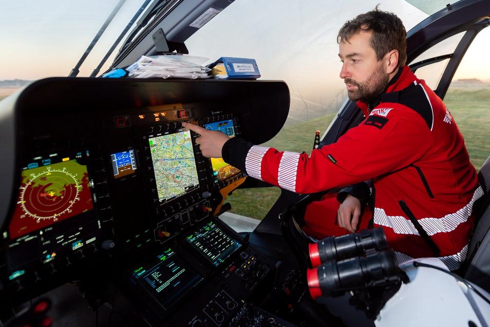 Dienstbeginn für Pascal Roth. Der 36-Jährige, ehemals Pilot der Bundeswehr, checkt seinen Hubschrauber.