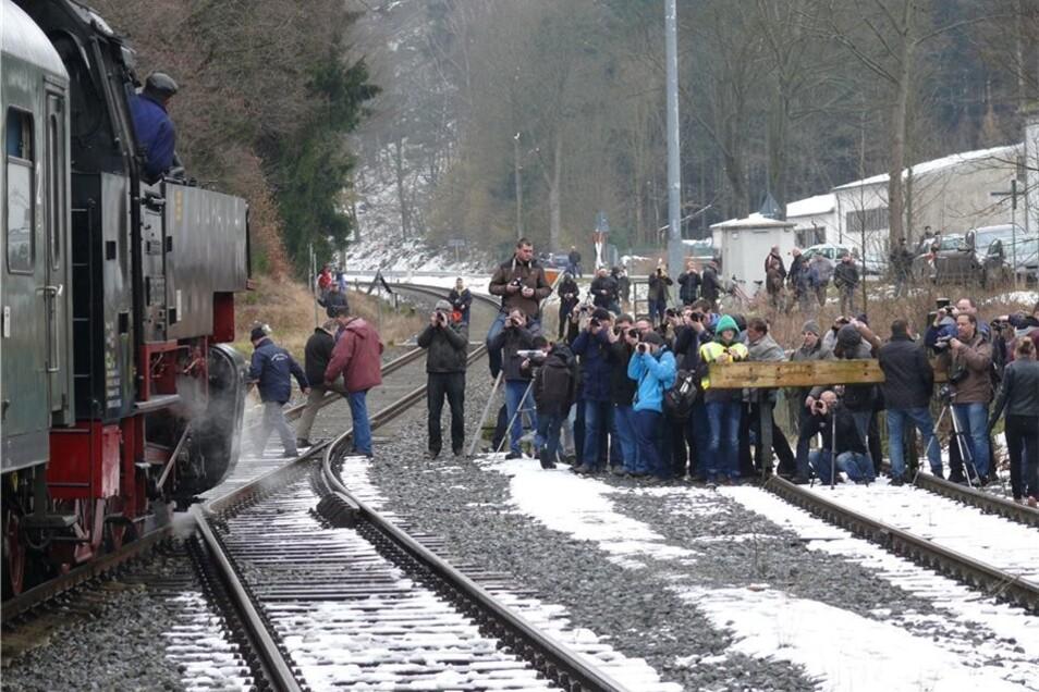 Auf der Strecke warteten etliche Fotografen. Sie hatten es auf ein Bild von der besonderen Lok abgesehen.