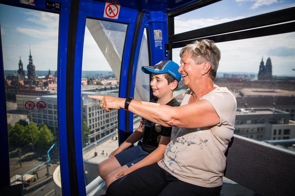 Rosmarie Dietze und ihr Enkel Henrik freuen sich über den tollen Blick auf die Dresdner Altstadt aus der Riesenrad-Gondel.
