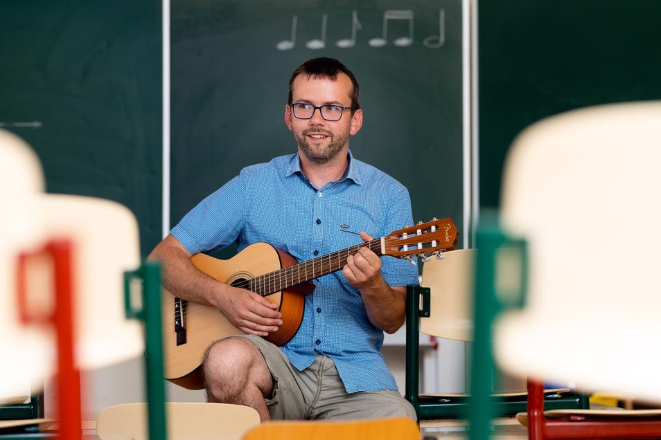 Rüdiger Paul spielt Gitarre und Klavier. Im zweiten Schulhalbjahr unterrichtete er in seiner ersten Klasse Deutsch, Musik, Sport und Werken. Steffen Unger
