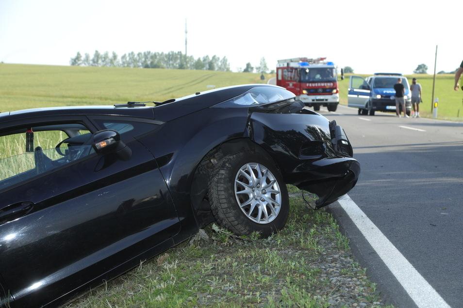 Der Opel landete im Straßengraben.