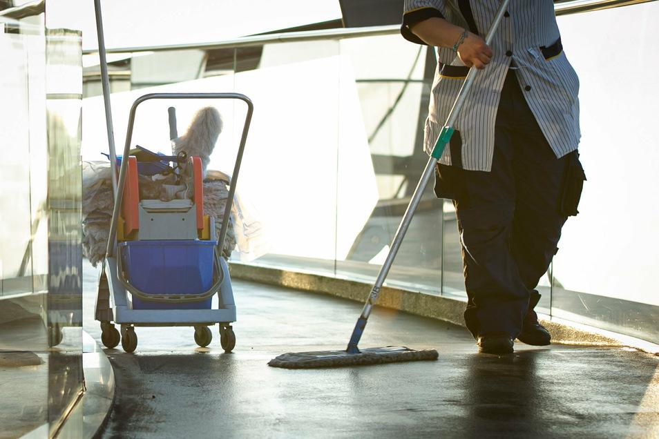 Die Arbeitsbelastung der Reinigungskräfte habe pandemiebedingt stark zugenommen, so Bernd Günther, Bezirksvorsitzender der IG Bau Nord-West-Sachsen. Deshalb sollen sie mehr Geld bekommen.