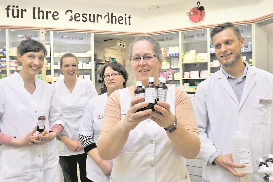 Das Team der Flamingo Apotheke im Kaufland (Vorn Chefin Anne-Marlen Koschkar) in Weißwasser hat noch Desinfektionsmittel.