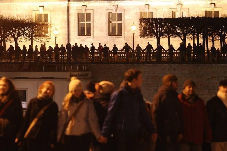 Menschen stehen auf der Brühlschen Terrasse.