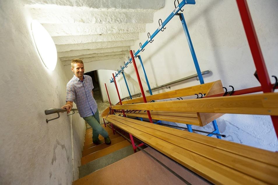 Nach einem Unwetter drang Wasser in den Keller der Poisental-Grundschule ein. Die Bänke stehen noch im Treppenbereich. Der Fußboden wird nun erneuert, sagt TWF-Mitarbeiter Joachim Sprungk.