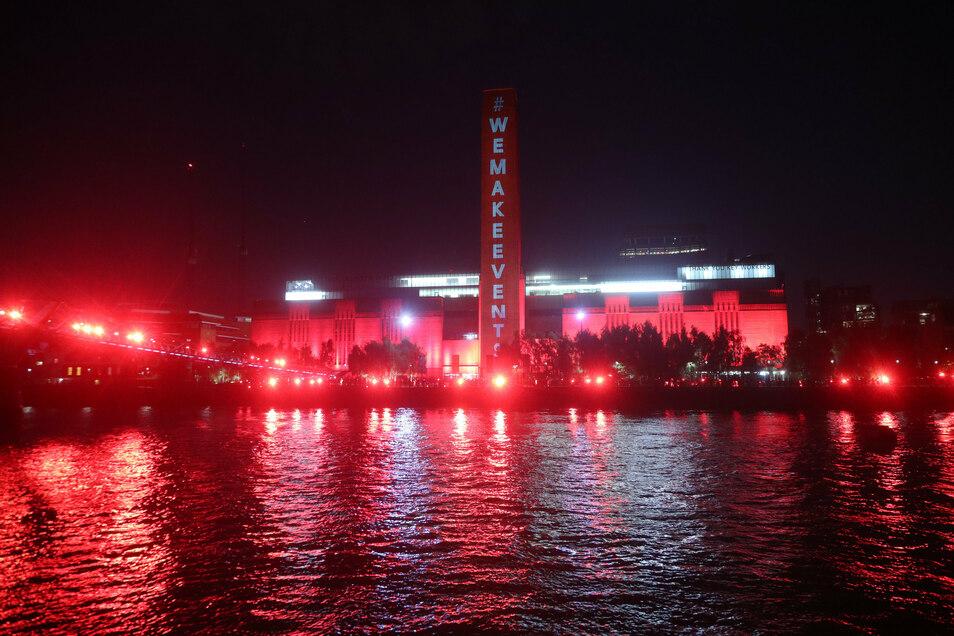 Die Tate Modern und die Millennium Bridge in London leuchteten rot auf, um auf über eine Million Arbeitsplätze in der Unterhaltungsindustrie aufmerksam zu machen, die nach dem Ausbruch des Coronavirus ohne finanzielle Unterstützung sind.