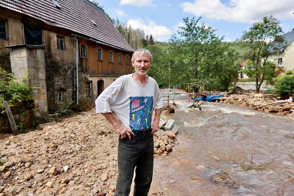 """""""Jetzt hilft nur, irgendwas zu tun."""" Jens Webersinn auf seinem verwüsteten Grundstück an der Schinkemühle in Krippen."""
