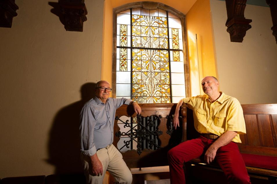 Sie freuen sich über die restaurierten Fenster in der Auferstehungskirche: Gemeindemitglied Christoph Pollmer und Pfarrer Stephan Sawatzki. Hier vor dem Fenster, welches den Tod thematisiert.