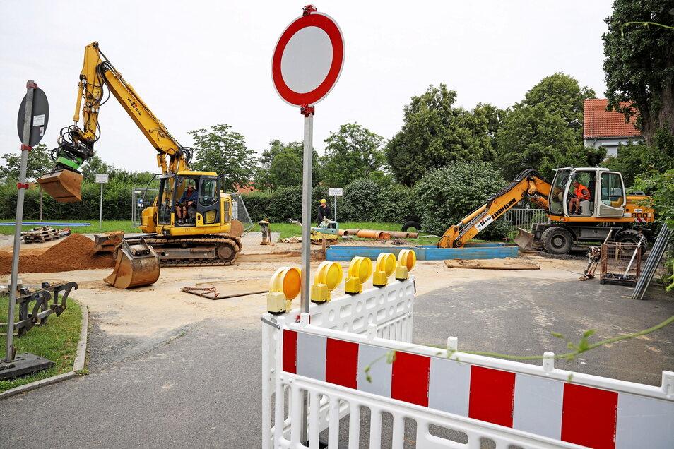Schwere Schäden im Kanalnetz verzögern die geplante Sanierung im Riesaer Amselweg: Die Reparatur eines Kanaleinbruchs hat Vorrang.