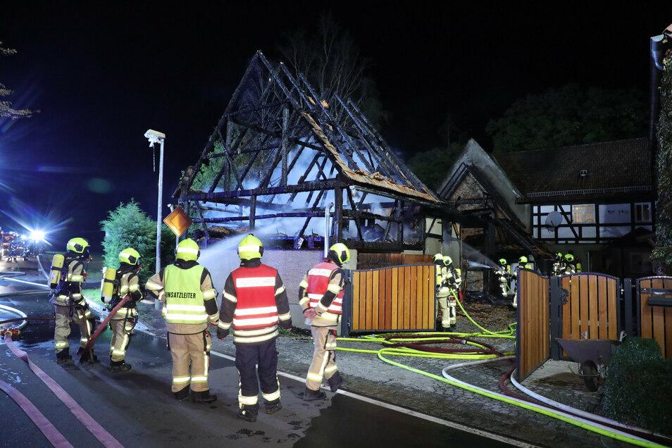 Rund 60 Feuerwehrleute waren im Nossener OT Heynitz im Einsatz, um ein Übergreifen der Flammen auf zwei Wohnhäuser zu verhindern.
