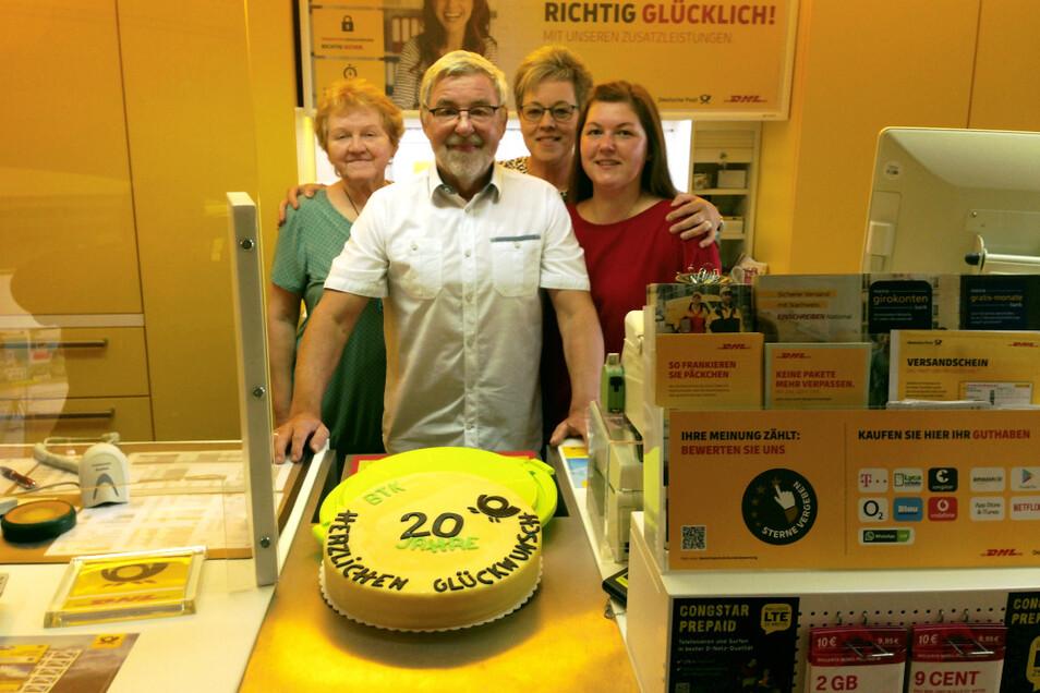 Glücklich ist Jens Kloss, Inhaber des Bürotreffs Kloss in Hoyerswerda Am Markt 3/4: 20-Jahr-Jubiläum des Geschäfts, das am 9. August 2001 eröffnet hatte!