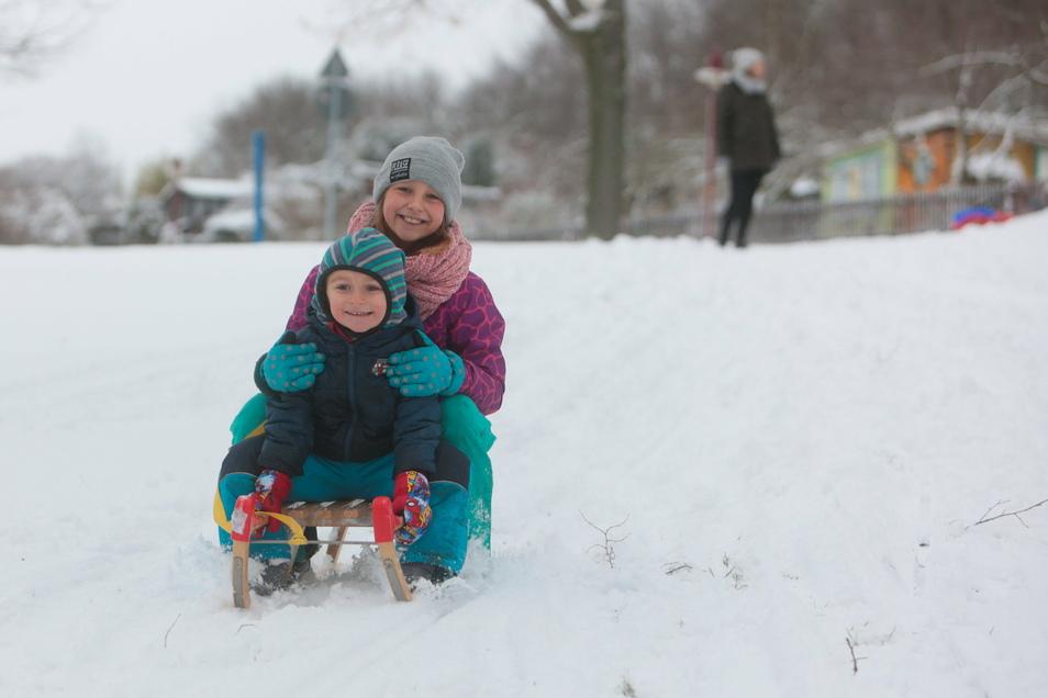 Endlich Winter: Theodor und Fina rodeln in Freital.