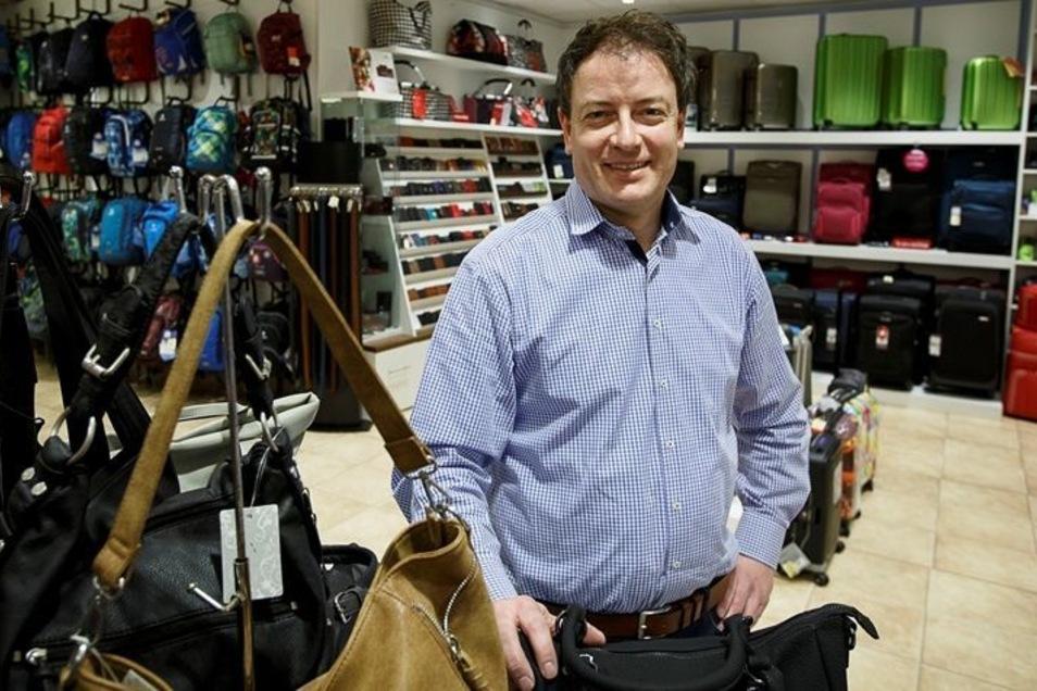 Andrè Georgi ist der neue Chef des Lederwarengeschäftes in der Straßburg-Passage. Anfang des Jahres hat er den Laden übernommen. Es ist nicht die einzige Veränderung in der traditionsreichen Görlitzer Einkaufsmeile.Foto: Nikolai Schmidt