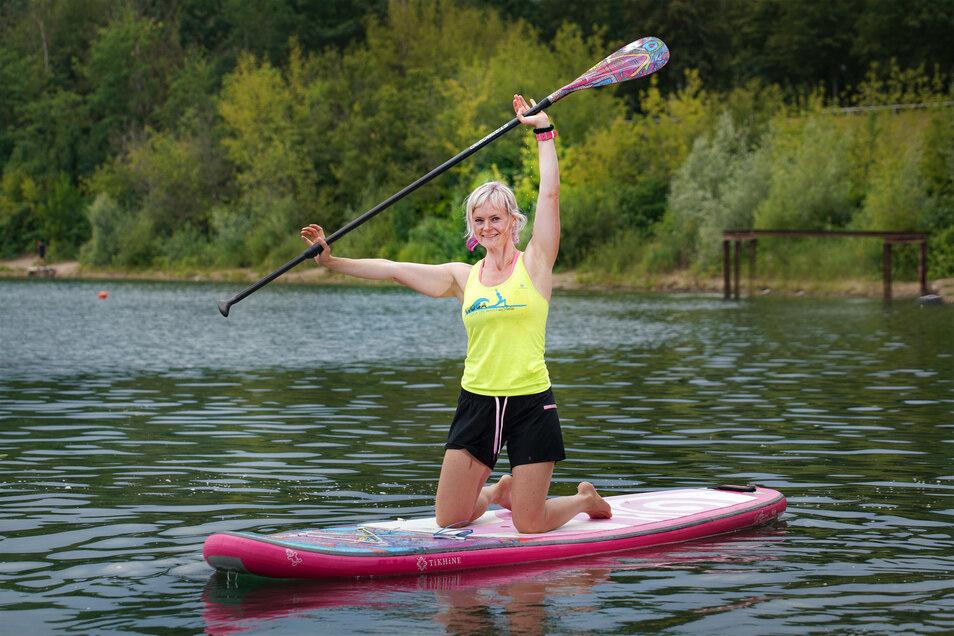 Julia Klesse bietet für die Volkshochschule Yoga auf dem Wasser an.