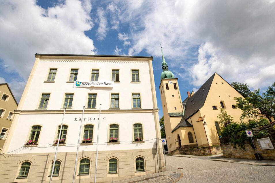 """Banner am Sebnitzer Rathaus """"Beendet den Hass!"""". Vom Vorplatz der Kirche soll sich die Menschenkette zum Markt aufreihen."""